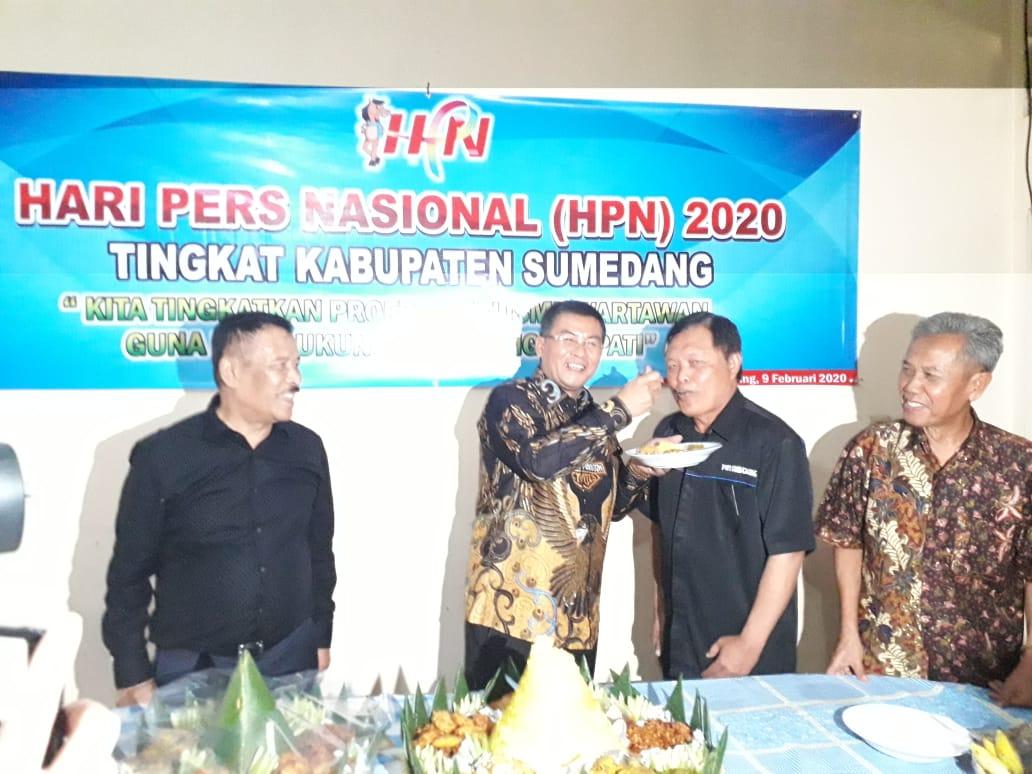 syukuran-dan-potong-tumpeng-pwi-sumedang-20021202404454.jpg