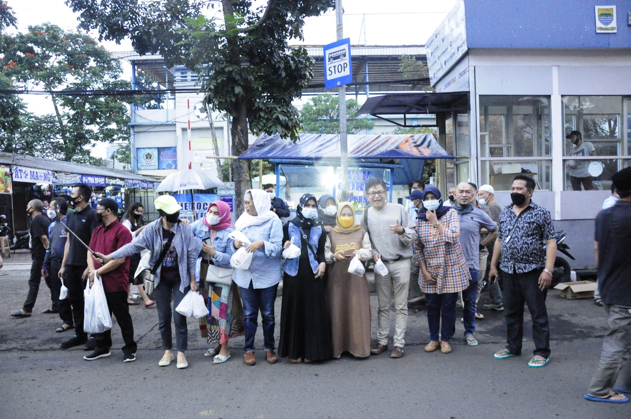 Ada Dany Java Jive di Bagi-Bagi Ta'jil Gratis PWI Kota Bandung Bersama IKWI