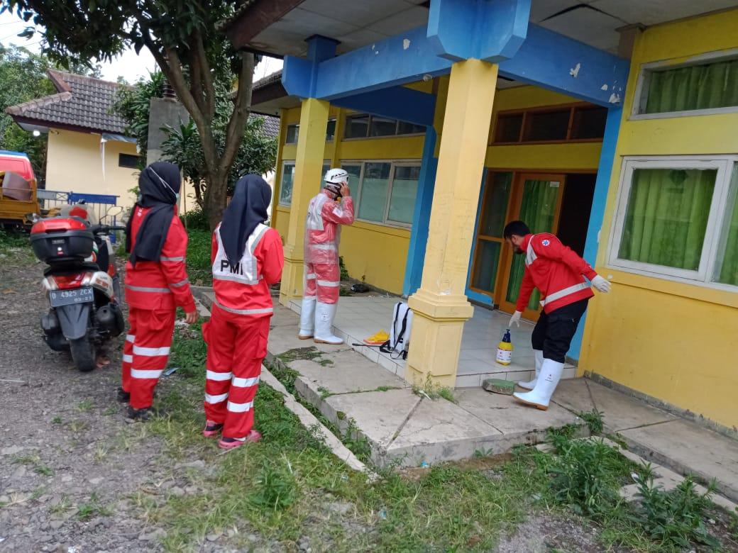 Cegah Covid-19, Sekertariar PWI Kabupaten Bandung Disemprot Disinsfektan