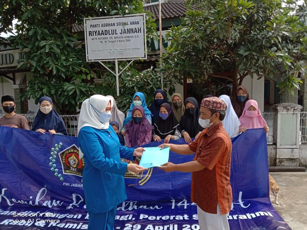PWI dan IKWI Jabar Santuni 230 Yatim
