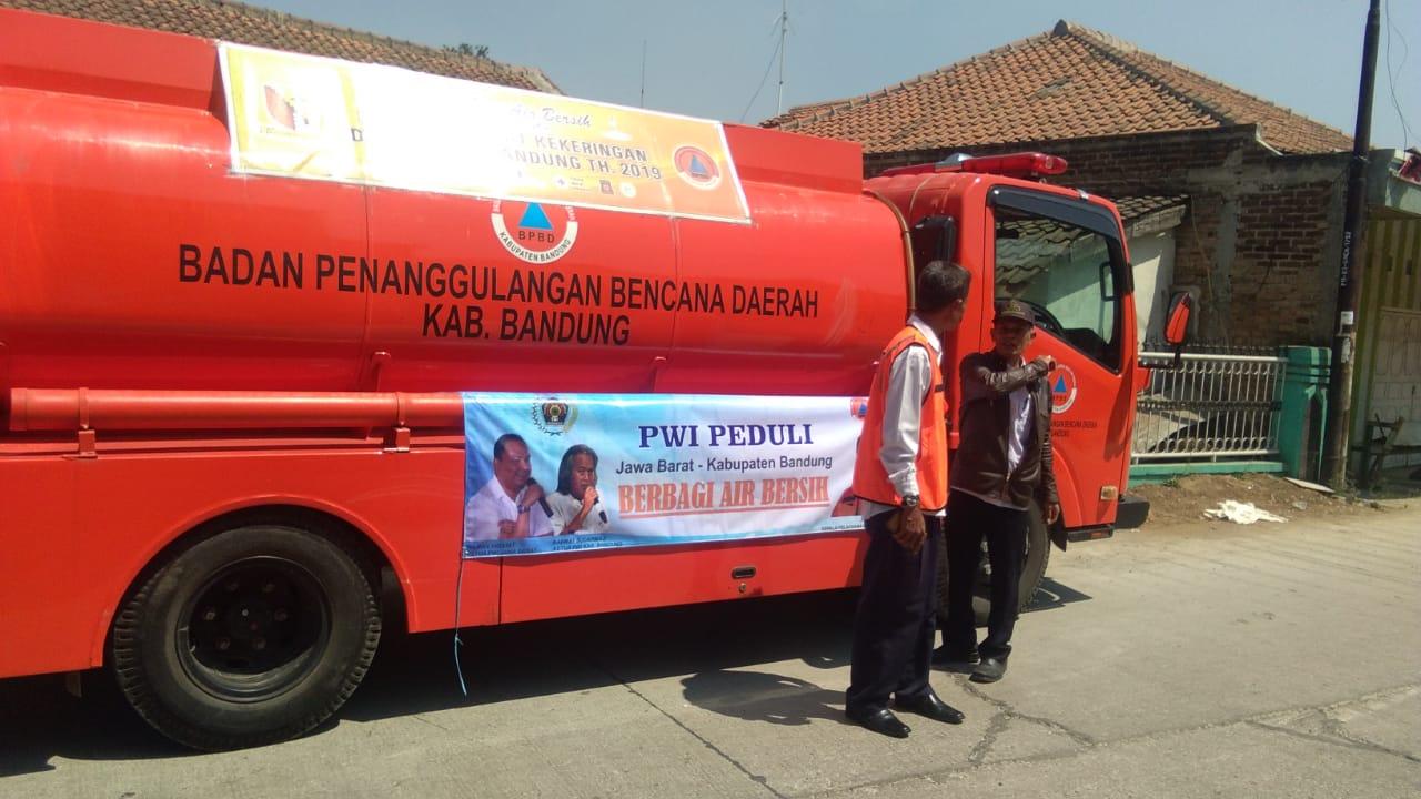 PWI Jabar & PWI Kabupaten Bandung Bagikan Air Bersih di Katapang