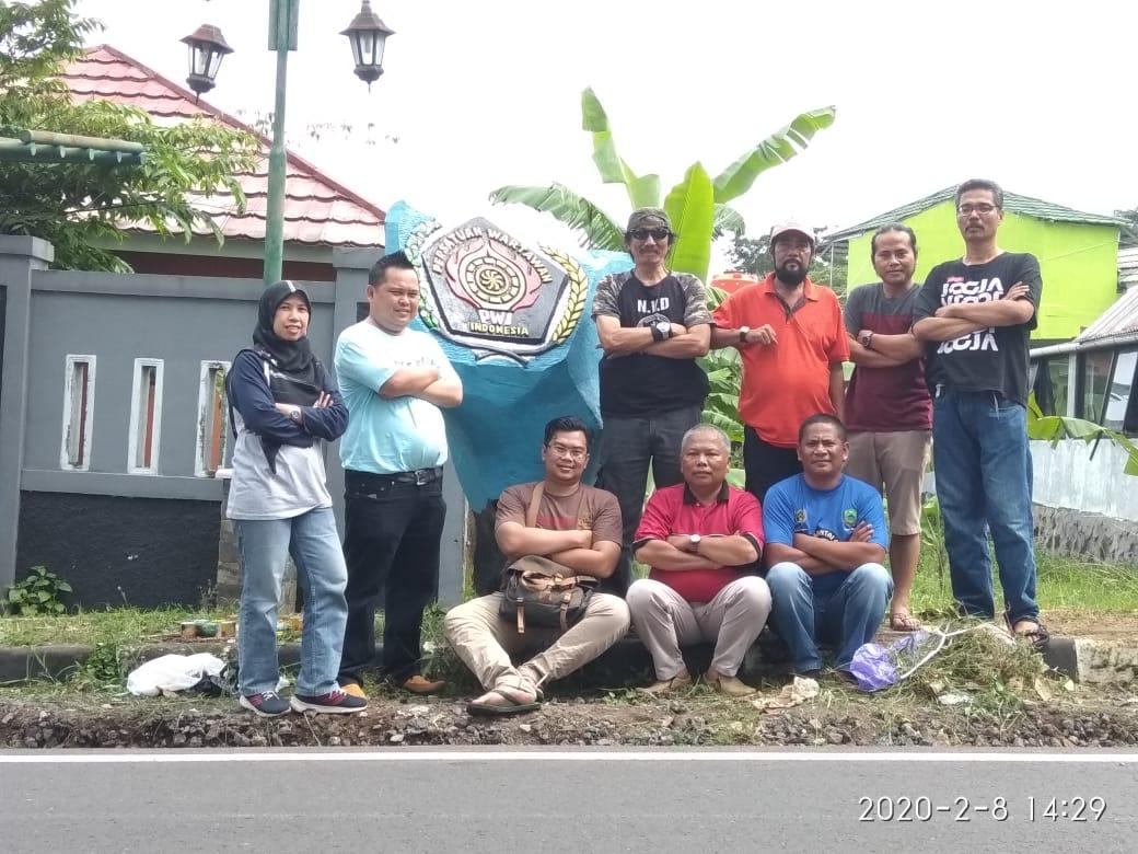 Wartawan Cat Tugu PWI Kuningan di Peringatan HPN 2020